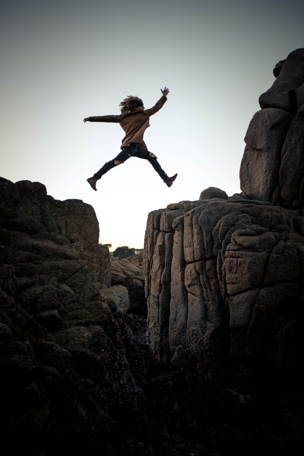 A girl Risky her life while jumping